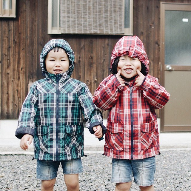 adaymag-fun-photos-of-adorable-japanese-twin-girls-with-cheeky-expressions-08