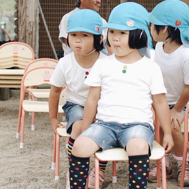 adaymag-fun-photos-of-adorable-japanese-twin-girls-with-cheeky-expressions-13