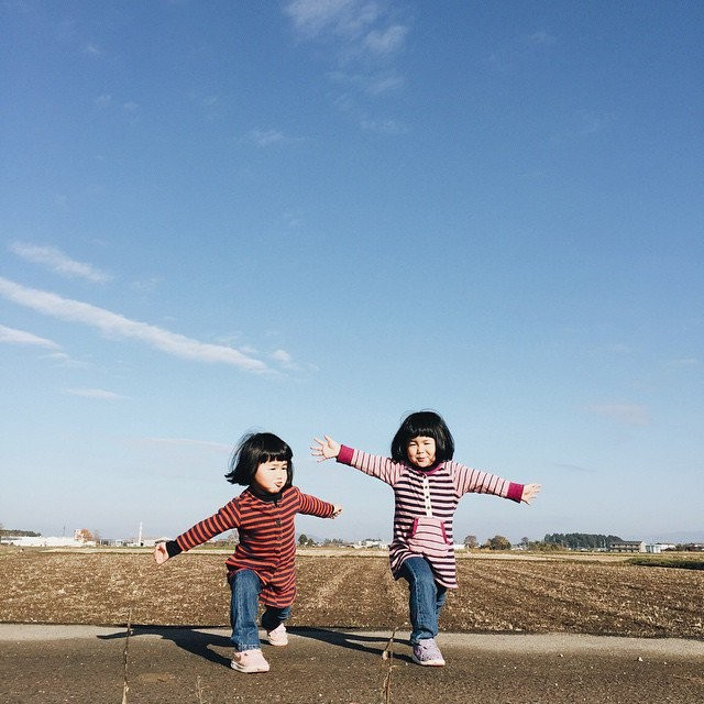 adaymag-fun-photos-of-adorable-japanese-twin-girls-with-cheeky-expressions-16