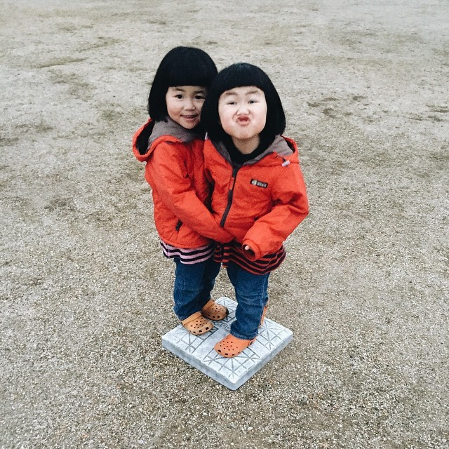 adaymag-fun-photos-of-adorable-japanese-twin-girls-with-cheeky-expressions-18
