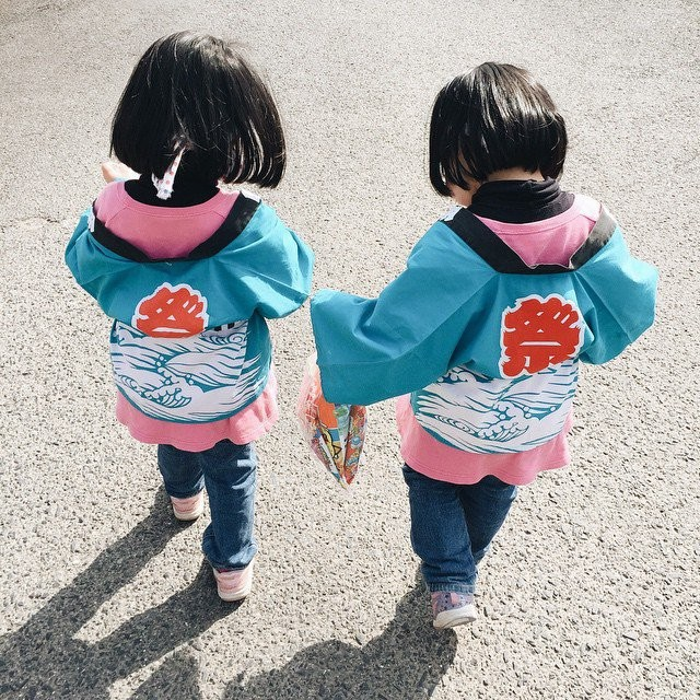 adaymag-fun-photos-of-adorable-japanese-twin-girls-with-cheeky-expressions-19