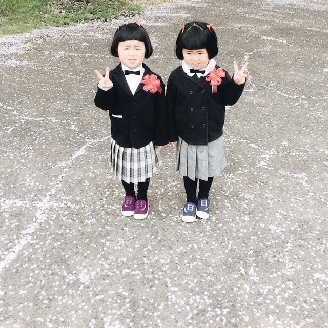 adaymag-fun-photos-of-adorable-japanese-twin-girls-with-cheeky-expressions-21