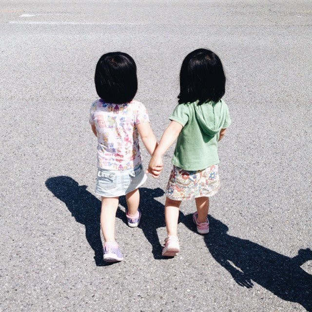 adaymag-fun-photos-of-adorable-japanese-twin-girls-with-cheeky-expressions-24