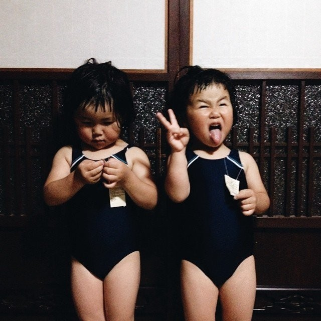 adaymag-fun-photos-of-adorable-japanese-twin-girls-with-cheeky-expressions-25