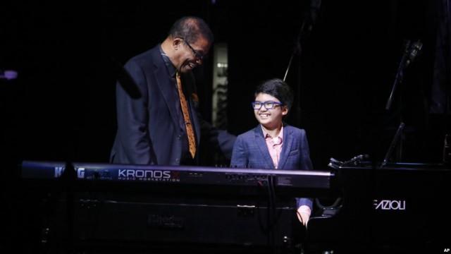 pemain-piano-cilik-asal-indonesia-joey-alexander-bersama-pemain-jazz-kawakan-as-herbie-hancock-dalam-acara-di-apollo-theater-new-york-20-oktober-2014