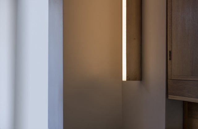 tube-wall-light-brass-photo-edouard-auffray-0-9mb-michael-anastassiades