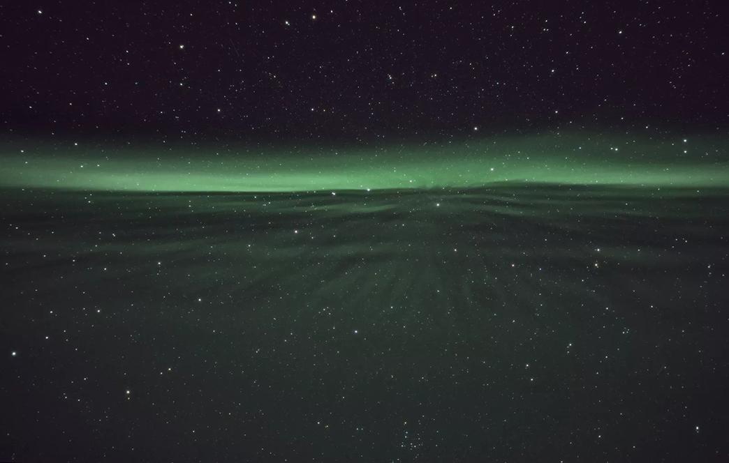我们似乎永远不会对星辰停止向往。十九世纪,波德莱尔赞颂美的事物,要文艺兮兮地问一句你究竟来自深渊,还是降自星空?直到现在,还会有人在迷失的时候,唱起夜空中最亮的星,能否听清那仰望的人心底的孤独和叹息? 人类明知道那是遥不可及的东西,却从来没有放弃去刻画它、捕捉它。好像只要抬头看看星星,就能把脑袋里的垃圾桶一键清空。那一刻,没有什么比你和宇宙的联系更重要。星星真的有这么大的魔力吗?不信?我们就来试试看!
